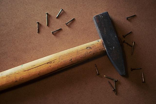 marteau clous mur