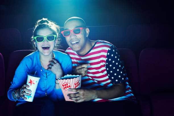 Deux amis qui vont au cinéma pour voire un film adapté de leur livre préféré