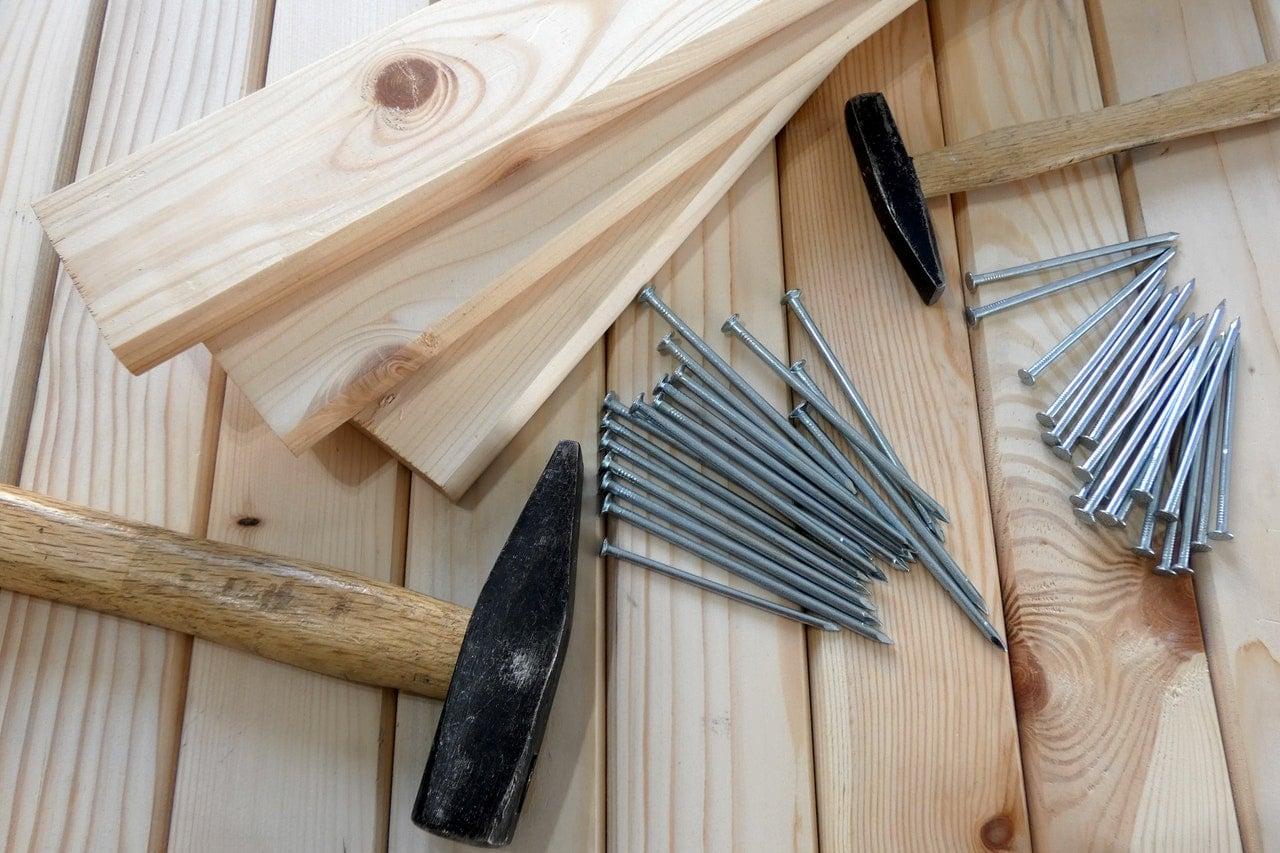 bois clous et marteau pour travaux