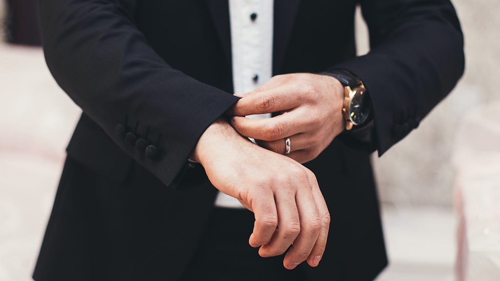 Futur marié qui porte son cadeau de fiançailles pour homme